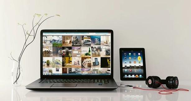 パソコンとタブレットを併用しているデスク周りの風景