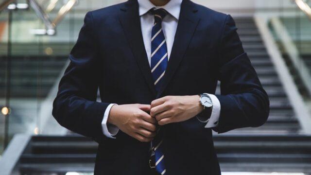 人_スーツ姿のビジネスマン
