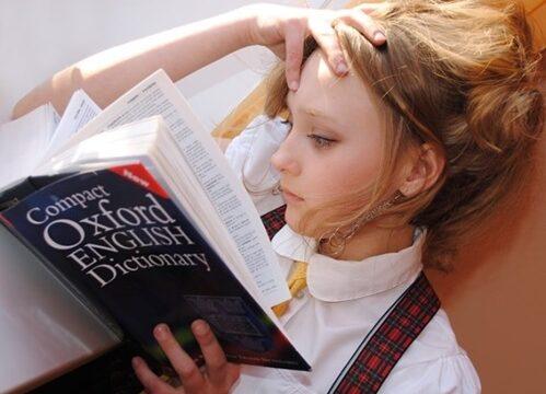 人_読書する女の子