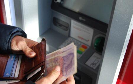 人_ATMで現金送金しようとする人
